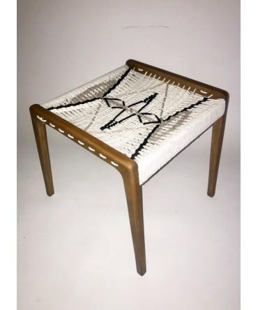 podnóżek z plecionym siedziskiem